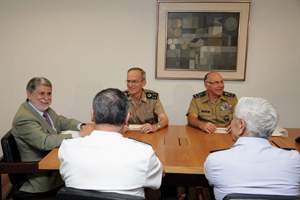 Celso Amorim reúne-se pela primeira vez com Dilma Rousseff e comandantes militares após ser nomeado