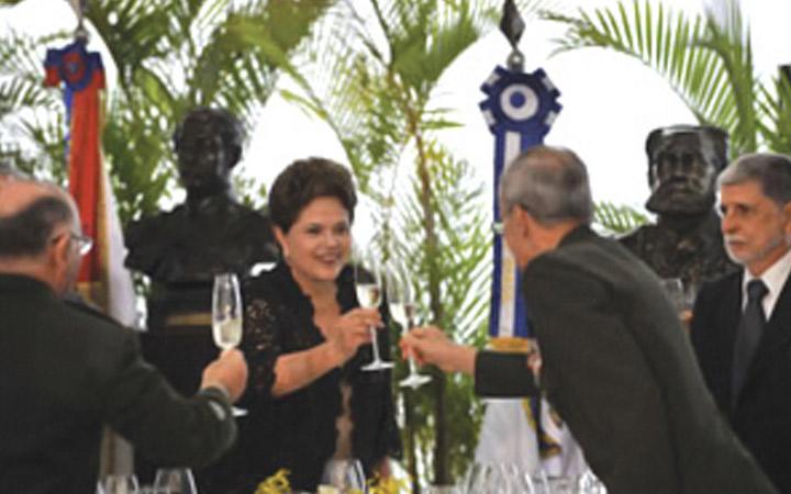 """Presidenta Dilma Rousseff afirma: """"governo apoiará a renovação dos equipamentos das Forças Armadas"""""""