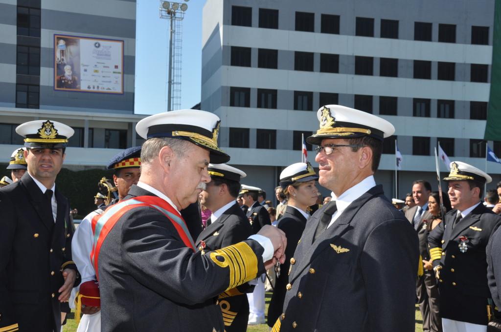 O Capitão de Mar e Guerra Cesar Santos recebe a Medalha da Ordem do Mérito Naval  do Almirante Gusmão na Escola Naval