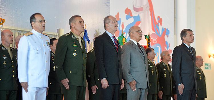 32e7600af6917 Novos oficiais generais recebem a espada, símbolo do compromisso e ...