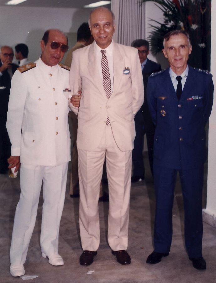 Vice Alte Mauro Ângelo Maia, Subcomandante, jornalista Coelho e o Ten-Brig-Ar Sergio Xavier Ferolla, Comandante da ESG, que foi substituído posteriormente pelo Tente-Brigadeiro-do-Ar Masao Kawanami