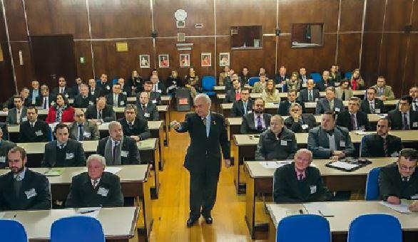 Prof. Dr. Gustavo Heck durante palestra em Caxias do Sul