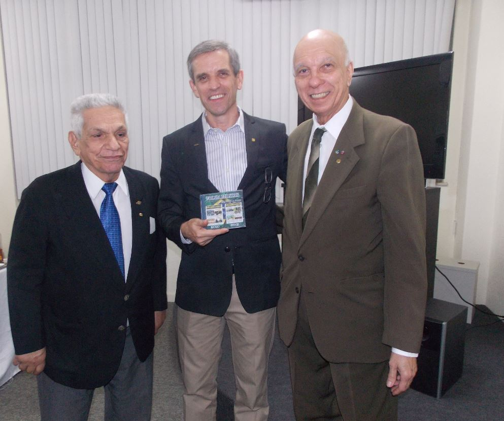 Presidente da ANVFEB, Breno Amorim, com o profº Edson Schettini de Aguiar e o jornalista Luiz Carlos Pereira Coelho, recebe o DVD comemorativo dos cinco anos de edições da Folha Militar