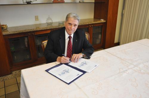Almirante de Esquadra Marcos Augusto Leal  de Azevedo assinando o contrato