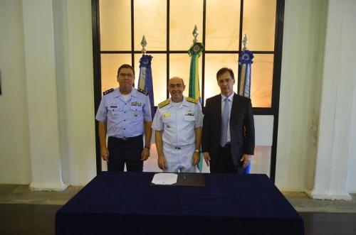 Da esquerda para a direita: Major-Brigadeiro Fernando Cesar Pereira , Vice-Almirante Cláudio Portugal de Viveiros e o Presidente da Telebras, Antônio Kingler Loss Leite