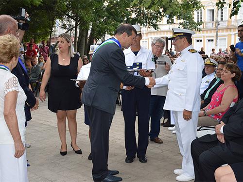 Capitão dos Portos do RS recebendo a comenda das mãos do Prefeito de Rio Grande (RS)