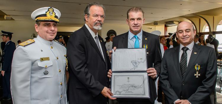 O Diretor do Departamento de Desporto Militar, Almirante Zuccaro esteve na cerimônia em Brasília como paraninfo