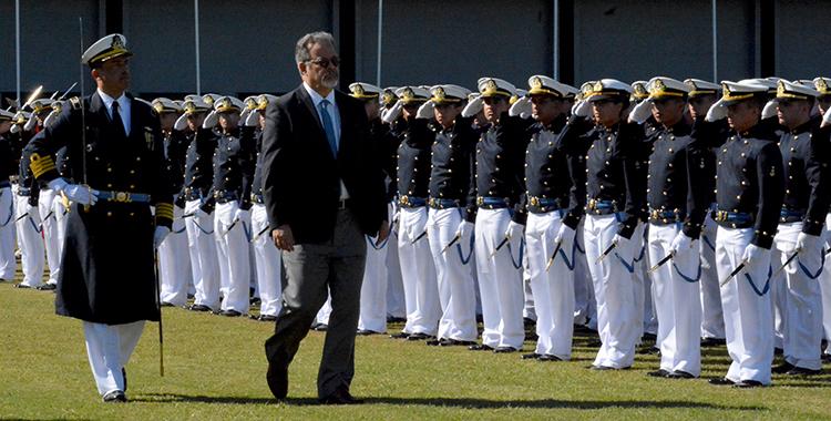 Ministro da Defesa participa de cerimônia de entrega de espadim na Escola Naval