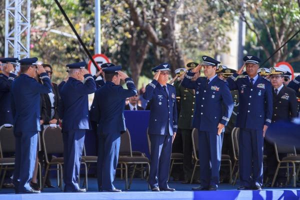 Patrono da Aeronáutica é homenageado durante troca da Bandeira Nacional
