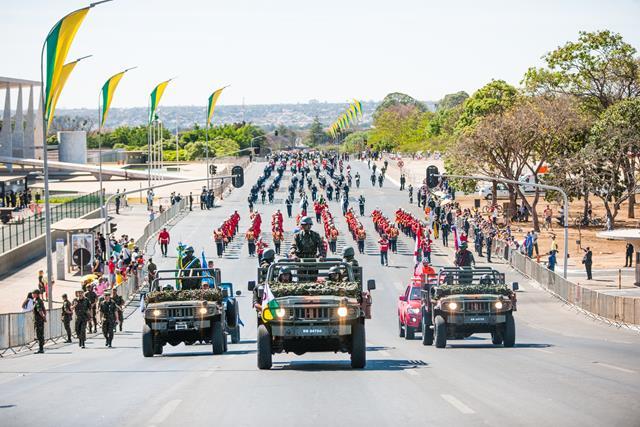 Dia da Independência em Brasília reúne civis e militares em tradicional demonstração de patriotismo