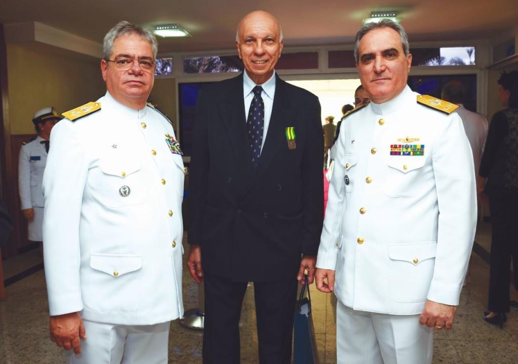 Almirante-de-Esquadra Gilberto Max Roffé Hirschfeld, jornalista Luiz Carlos Pereira Coelho, editor da Folha Militar e o Contra-Almirante Paulo Maurício Farias Alves