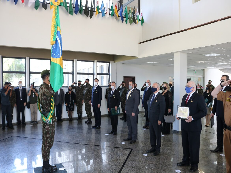 Civis e militares recebem condecorações durante solenidade em Curitiba (PR)