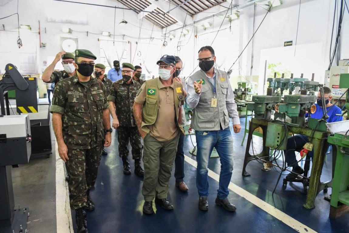Ministro da Defesa visita unidade industrial de material bélico no município de Itajubá, Minas Gerais