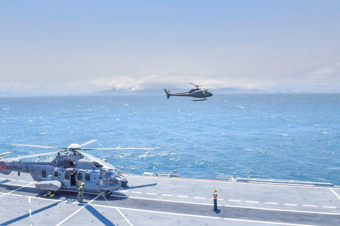 Adestramento conjunto prepara militares para emprego de helicópteros em navios da Marinha