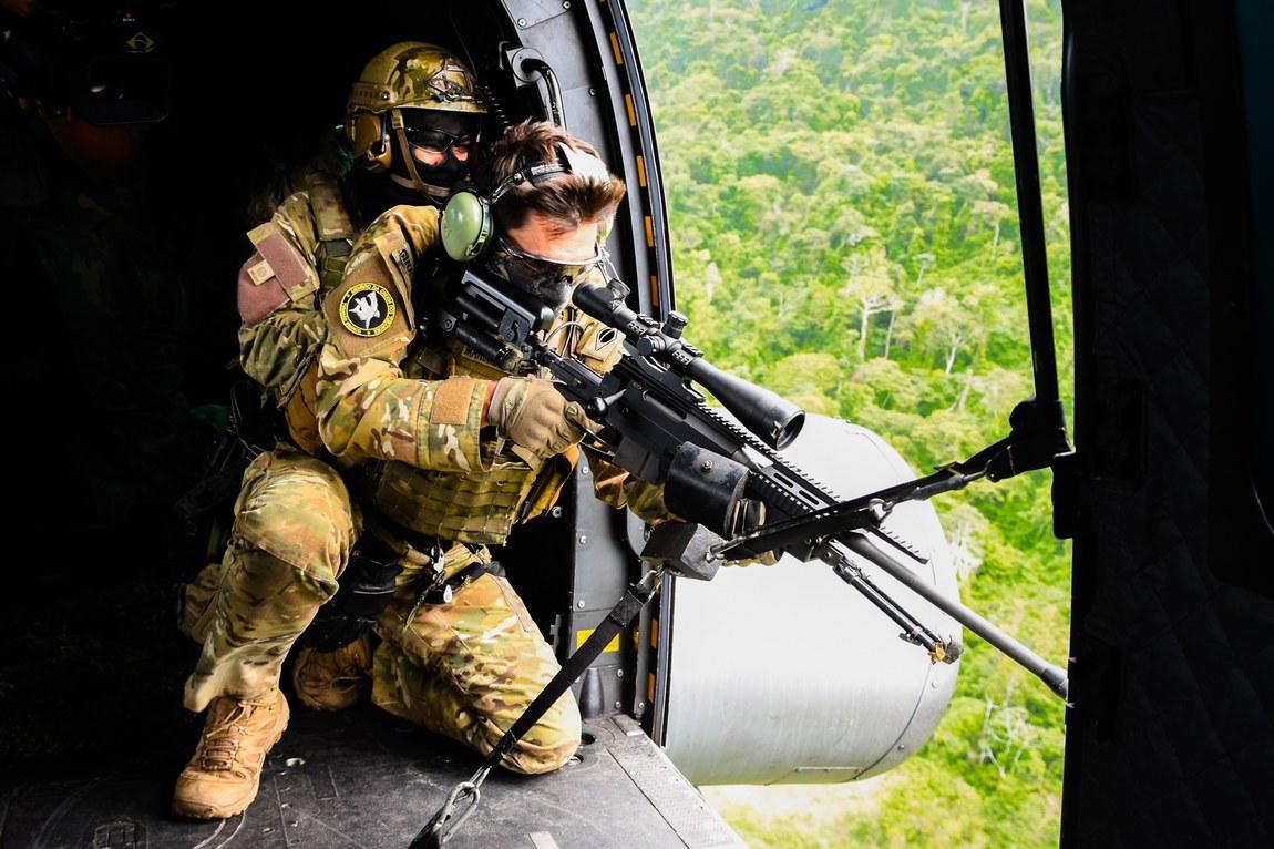 Chefe do Estado-Maior Conjunto das Forças Armadas participa de treinamento com helicópteros