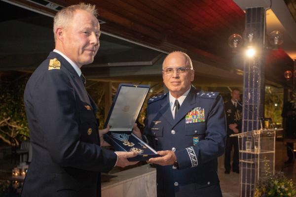 Comandante da Força Aérea da Suécia é condecorado com a Ordem do Mérito Aeronáutico