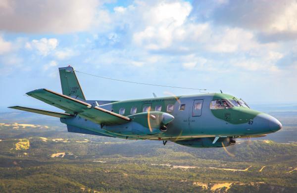 Esquadrão da Força Aérea realiza treinamento de lançamento de paraquedistas