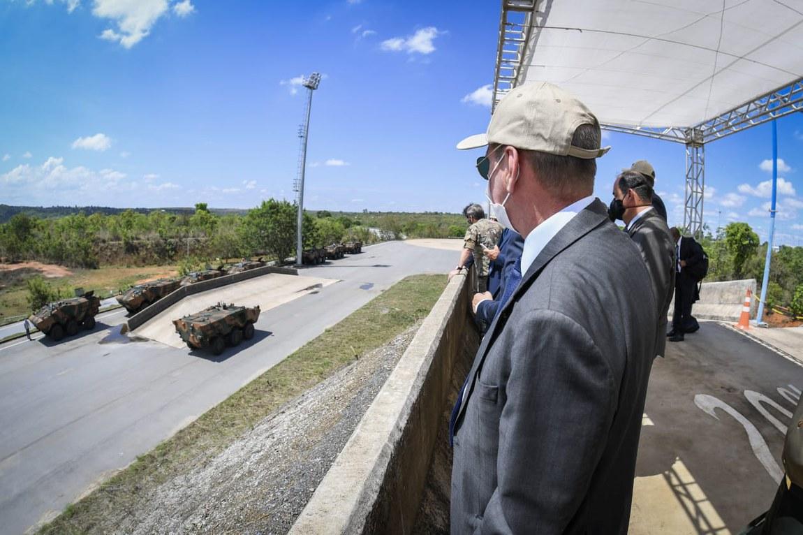 Ministro da Defesa visita linha de produção do Guarani, Projeto Estratégico de Defesa