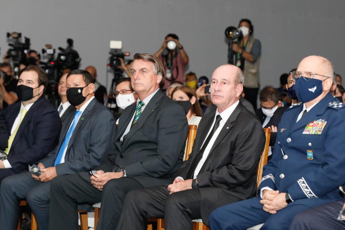 Novo caça multiuso, o Gripen F-39, é apresentado a autoridades em Brasília