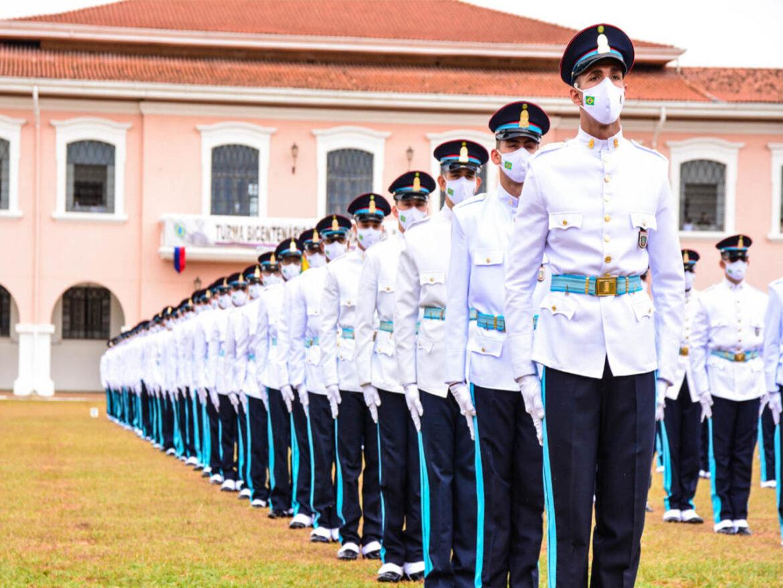 Alunos da Escola Preparatória de Cadetes do Exército prestam compromisso solene à Bandeira Nacional