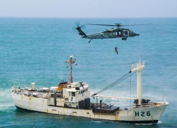 Esquadrão Pantera realiza treinamento de içamento no mar