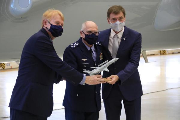 FAB recebe primeira aeronave E-99M modernizada