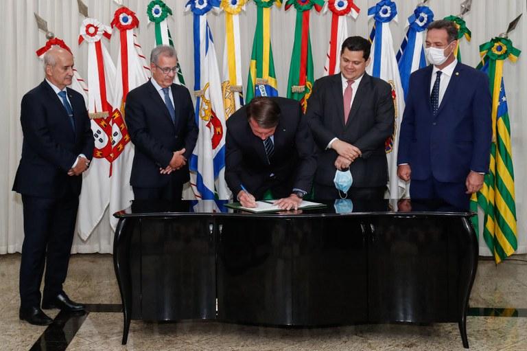 Presidente Bolsonaro assina Medida Provisória que isenta consumidores do Amapá de pagamento da conta de luz