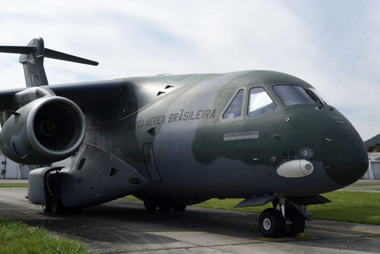 Salto de amostragem técnica na aeronave KC-390 Millenium por oficiais-generais