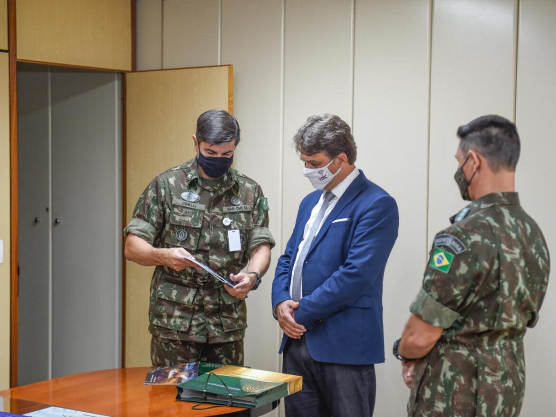 Diretor de rede digital gaúcha visita Comandante do Exército e CCOMSEx