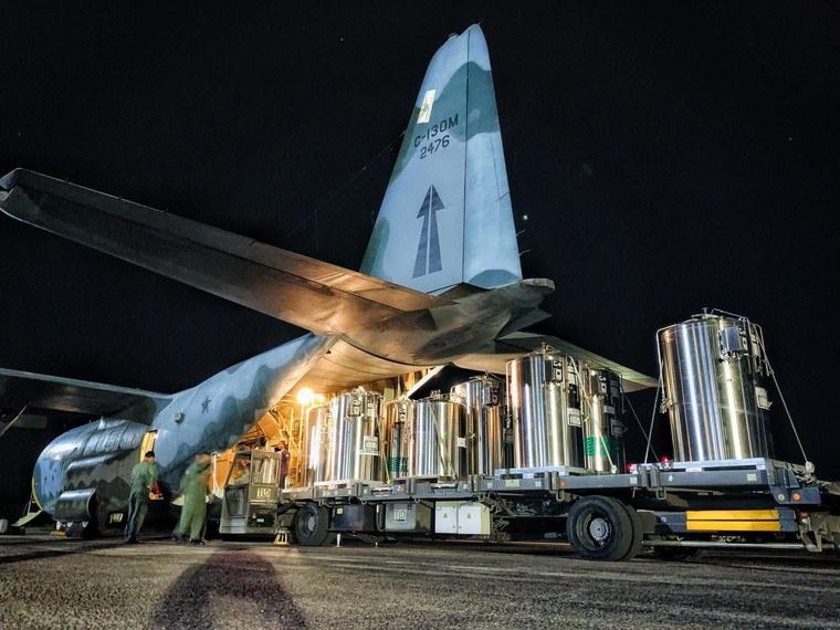 Militares entregam mais de 3,7 mil cilindros de oxigênio ao Amazonas