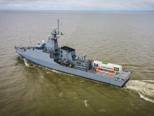 """Navio-Patrulha Oceânico """"Apa"""" transporta tanque de oxigênio que atenderá hospitais de Manaus (AM)"""