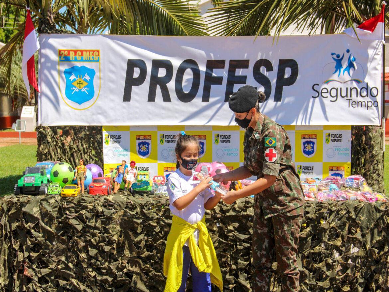 Regimento entrega kits de alimentação e brinquedos para alunos do PROFESP