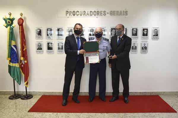 Comandante da Aeronáutica é condecorado com a Medalha do Centenário