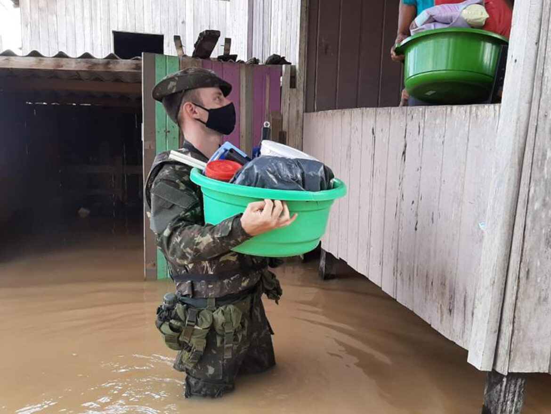 Exército participa de operação de auxílio a vítimas de enchente no Acre #EBpreservandovidas