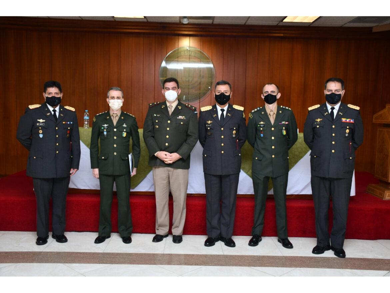 Cerimônia de passagem de função na Universidade das Forças Armadas do Equador
