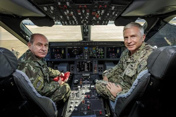KC-390 realiza lançamento de paraquedistas em treinamento com C-17 e C-130 da USAF