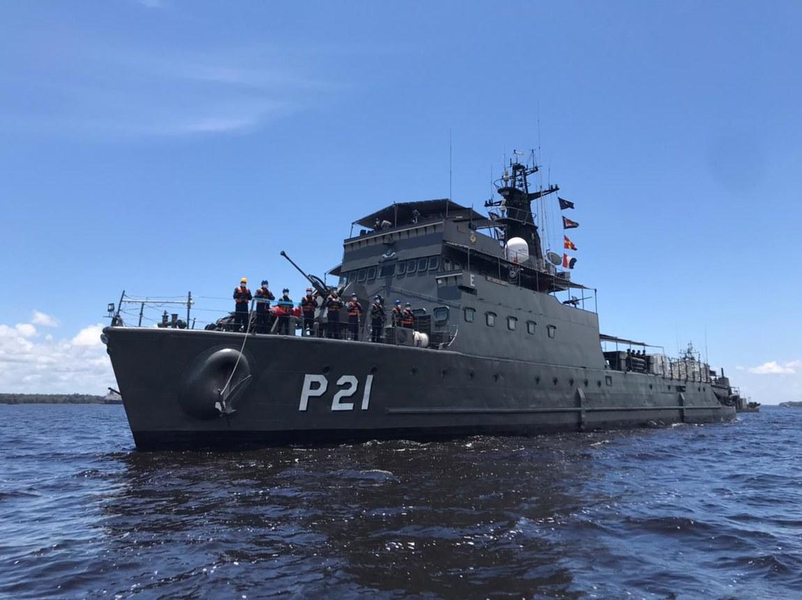Militares transportam três usinas de oxigênio por rios do Amazonas para atender população do interior do estado