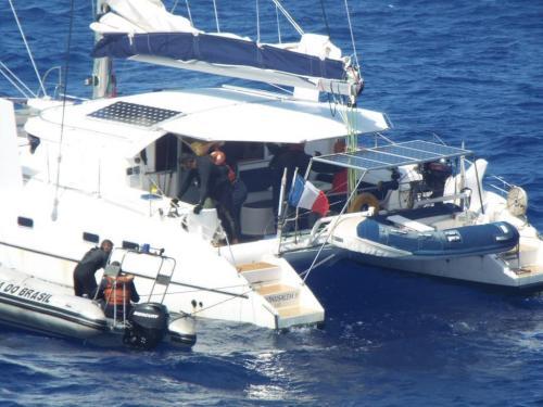 """Navio-Patrulha """"Guaíba"""" realiza evacuação médica de tripulante de veleiro francês"""