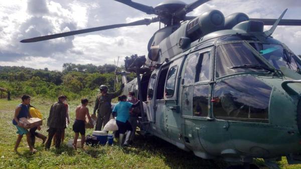 Esquadrão Falcão leva vacinas a aldeias indígenas Yanomami