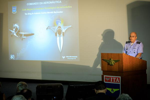 Comandante da Aeronáutica profere Aula Magna para alunos do ITA