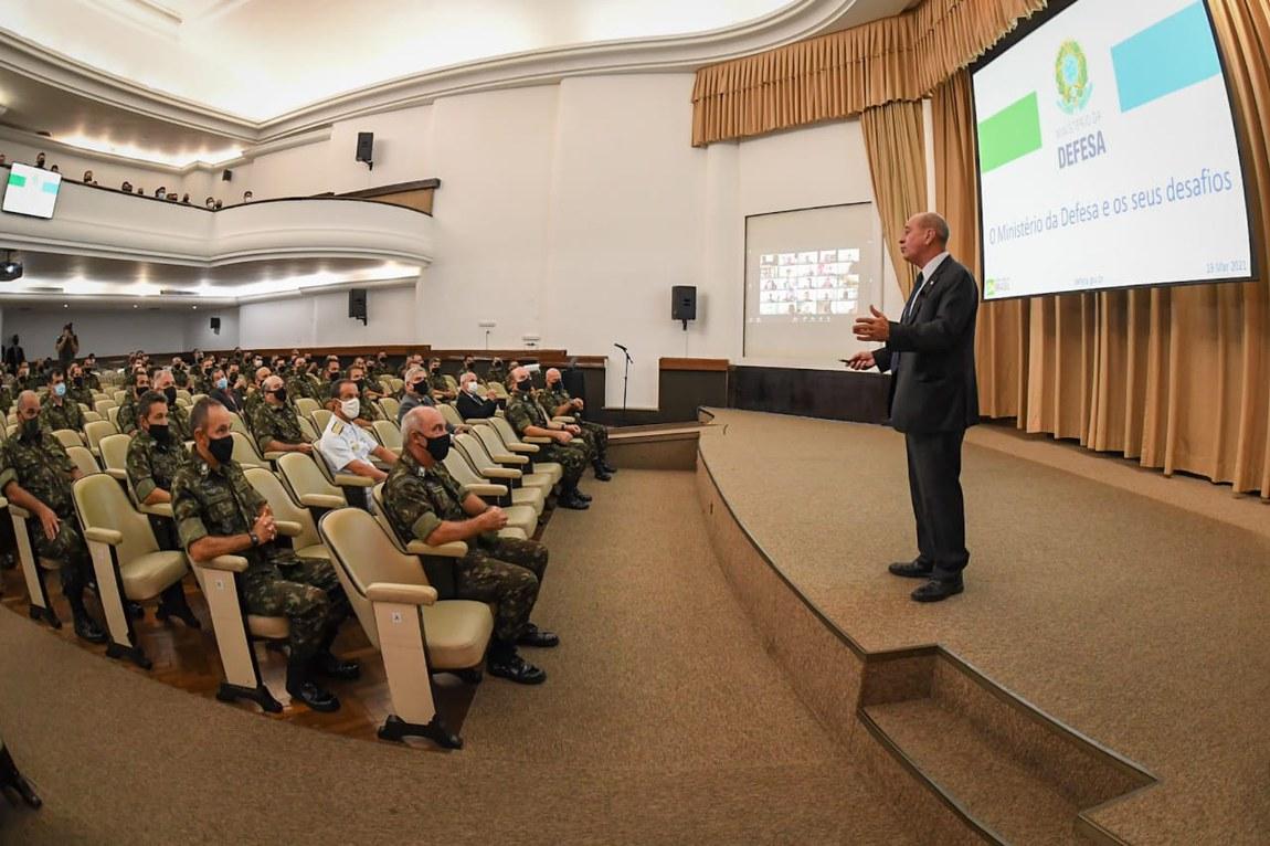 Desafios do Ministério da Defesa são tema de palestra na ECEME