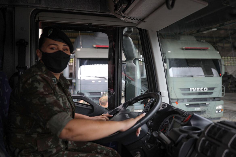 Mulher militar destaca-se como pioneira em condução de carreta com blindados