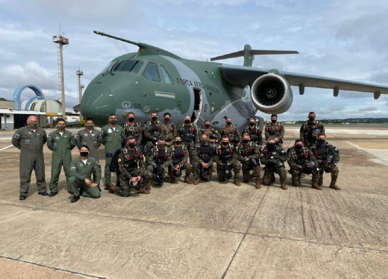 Militares do Exército participam de salto livre operacional com tripulação da Força Aérea Brasileira