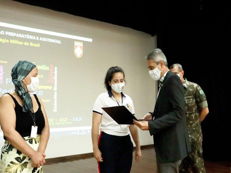 Ex-aluna do Colégio Militar de Juiz de Fora é premiada em concurso literário